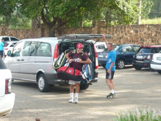 Romain porte les sacs, il a perdu aux cartes...